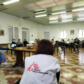 Medici Senza Frontiere durante una formazione del personale sanitario